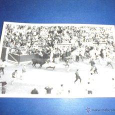 Postales: TOROS - PAMPLONA ENCIERROS POSTAL FOTOGRAFICA J. GALLE FOTGR. PAMPLONA 14X9 CM. AÑOS 50/60 . Lote 46296744
