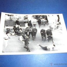 Postales: TOROS - PAMPLONA ENCIERROS POSTAL FOTOGRAFICA J. GALLE FOTGR. PAMPLONA 14X9 CM. AÑOS 50/60 . Lote 46297460