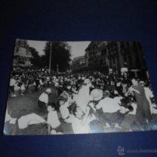 Postales: TOROS - PAMPLONA ,ENCIERROS SAN FERMIN POSTAL FOTOGRAFICA FOTO GOMEZ 15X10 CM. AÑOS 60 . Lote 46297685