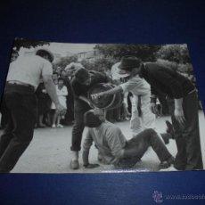 Postales: TOROS - PAMPLONA ,ENCIERROS SAN FERMIN POSTAL FOTOGRAFICA FOTO GOMEZ 15X10 CM. AÑOS 60 . Lote 46297748