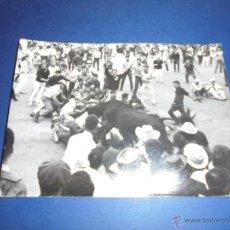 Postales: TOROS - PAMPLONA ,ENCIERROS SAN FERMIN POSTAL FOTOGRAFICA FOTO GOMEZ 15X10 CM. AÑOS 60 . Lote 46297806