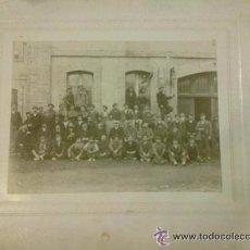 Postales: FOTOGRAFÍA TRABAJADORES EN LA AZUCARERA MARCILLA. NAVARRA. 28 X 34 CM. FOTO 16 X 21 CM.. Lote 48629695