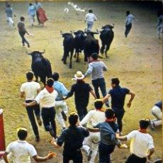 Postales: POSTAL ENCIERRO SAN FERMIN PAMPLONA TOROS CIRCULADA THE BULLS GOING INTO THE BULL-RING. Lote 49515098