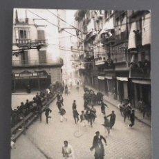Postales: POSTAL PAMPLONA (NAVARRA) FIESTAS DE SAN FERMÍN - EL ENCIERRO AÑOS 30. Lote 49914297