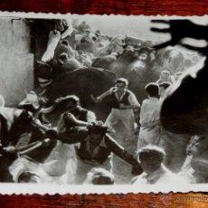 Postales: FOTOGRAFIA DE LOS ENCIERROS DE SAN FERMIN, PAMPLONA, AÑOS 50 / 60, FOTO ZUBIETA Y RETEGUI, PAMPLONA,. Lote 54543668