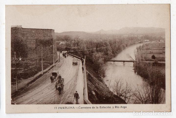 PAMPLONA. CARRETERA DE LA ESTACIÓN Y RÍO ARGA. ANIMADA CON CARROS DE CABALLOS. (Postales - España - Navarra Antigua (hasta 1.939))