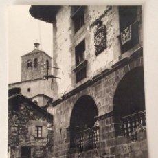 Postales: POSTAL FOTOGRÁFICA. CASA DE LOPEZ AL FONDO IGLESIA. RONCAL. NAVARRA.. Lote 64068507