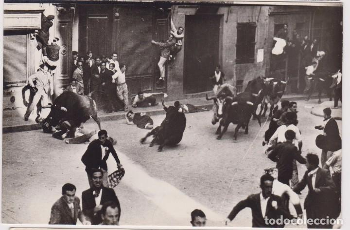 PAMPLONA. 1961 LOS TOROS PASAN POR DELANTE DEL AYUNTAMIENTO.ED. DARVI Nº IN.T-2 (Postales - España - Navarra Moderna (desde 1.940))