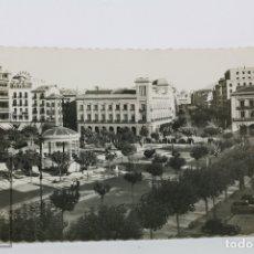 Postales: POSTAL FOTOGRÁFICA - PAMPLONA, PLAZA DEL CASTILLO Y AV CARLOS III - ED. GARCIA GARRABELLA- CIRCULADA. Lote 105960435