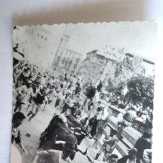 Postales: POSTAL SAN FRMINES, ENCIERROS, BAJADA DE TELEFONOS, AÑO 1956. Lote 107210931
