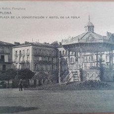Postales: POSTAL PAMPLONA PLAZA DE LA CONSTITUCION Y HOTEL LA PERLA ED VIUDA DE RUBIO PERFECTO ESTADO NAVARRA. Lote 109266043