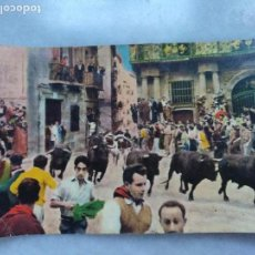Postales: POSTAL A COLOR DE LOS MOZOS EN LOS SAN FERMÍNES DE PAMPLONA. PASO POR EL AYUNTAMIENTO. Lote 113333911