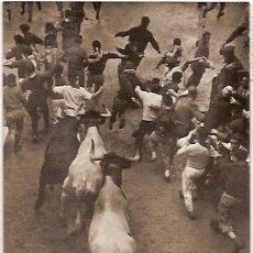 Postales: ANTIGUA POSTAL Nº 31 PAMPLONA ENCIERRO DE LOS TOROS ESCRITA 1960 VAQUERO. Lote 114847303
