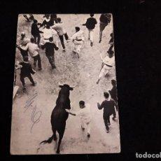 Postales: PAMPLONA, ENCIERRO DE LOS TOROS. Lote 115236319