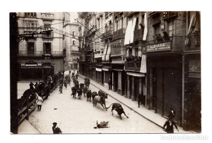 PAMPLONA. EL CLÁSICO ENCIERRO EN LAS FIESTAS DE SAN FERMÍN. FOTOGRÁFICA (Postales - España - Navarra Antigua (hasta 1.939))