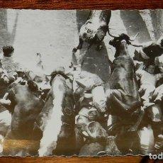 Postales: FOTO POSTAL DE PAMPLONA, N. 183, SAN FERMINES ENCIERROS, MOMENTO IMPRESIONANTE EN EL CALLEJON, ED. G. Lote 124640971