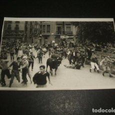 Postales: PAMPLONA ENCIERRO DE SAN FERMIN POSTAL FOTOGRAFICA GALLE FOTOGRAFO. Lote 128742719