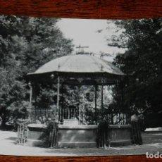 Postales: FOTO POSTAL DE TUDELA, N. 24M PASEO DEL GENERALISIMO Y KIOSKO, ED. PARIS J.M. NO CIRCULADA.. Lote 139896274
