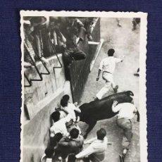 Postales: ANTIGUA TARJETA POSTAL FIESTAS SAN FERMINES TOROS PAMPLONA NAVARRA AÑO 1954. Lote 153166622