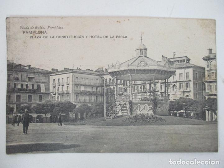 POSTAL - PAMPLONA, PLAZA DE LA CONSTITUCIÓN Y HOTEL DE LA PERLA - VIUDA DE RUBIO - CIRCULADA - 1912 (Postales - España - Navarra Antigua (hasta 1.939))