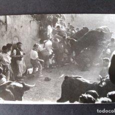 Postales: PAMPLONA NAVARRA ENCIERROS DE SAN FERMIN POSTAL FOTOGRAFICA ZUBIETA Y RETEGUI FOTOGRAFO. Lote 171748848