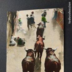 Postales: PAMPLONA-EL ENCIERRO DE LOS TOROS-2-POSTALES VAQUERO-POSTAL ANTIGUA-(64.074). Lote 183007621