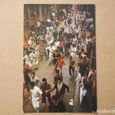 Postales: PAMPLONA. SAN FERMÍN. EL ENCIERRO POR LA ESTAFETA. ED. GOMEZ Nº 23. NUEVA. Lote 194551381