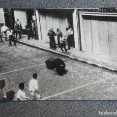 Postales: PAMPLONA NAVARRA ENCIERRO DE SAN FERMÍN POSTAL FOTOGRÁFICA ANTIGUA AÑO 1963. Lote 194944218