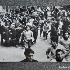 Postales: PAMPLONA NAVARRA ENCIERRO DE SAN FERMÍN POSTAL FOTOGRÁFICA ANTIGUA AÑO 1965. Lote 194944242