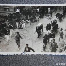 Postales: PAMPLONA NAVARRA ENCIERRO DE SAN FERMÍN POSTAL FOTOGRÁFICA ANTIGUA AÑO 1957. Lote 194944287