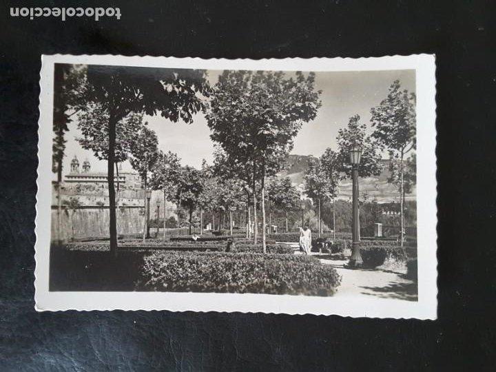 76 PAMPLONA JARDINES MEDIA LUNA EDICIONES ARRIBAS ZARAGOZA 1958 (Postales - España - Navarra Antigua (hasta 1.939))