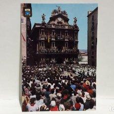 Postales: POSTAL PAMPLONA DISPARO DEL COHETE FIESTAS DE SAN FERMIN ESCUDO DE ORO SIN USO.. Lote 198692182