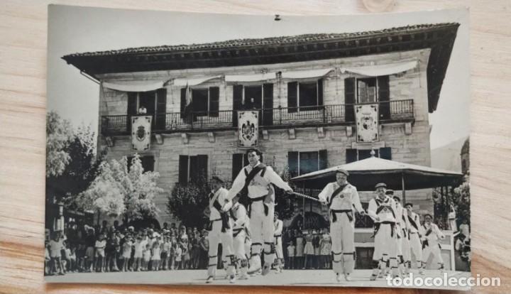 POSTAL DE LESACA. Nº 8. AYUNTAMIENTO, ERRIKO-ETXEA. ANIMADA. BAILE EN LA CALLE. (Postales - España - Navarra Moderna (desde 1.940))