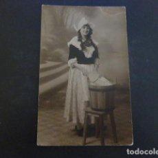 Postales: PAMPLONA NAVARRA MUJER DISFRAZADA DE LAVANDERA POSTAL FOTOGRAFICA ROLDAN FOTOGRAFO. Lote 205558076