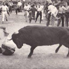 Postales: PAMPLONA ENCIERRO DE LOS TOROS FIESTAS DE SAN FERMIN. ED. FOTO GOMEZ Nº 5. CIRCULADA.. Lote 217378670