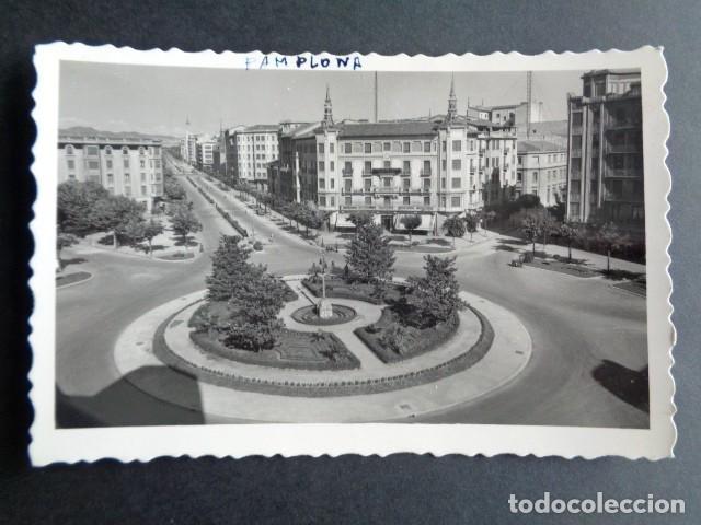 POSTAL PAMPLONA. PLAZA DEL PRINCIPE DE VIANA Y AVENIDA DE FRANCO. EDICIONES ARRIBAS. (Postales - España - Navarra Moderna (desde 1.940))