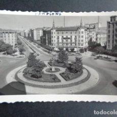 Postales: POSTAL PAMPLONA. PLAZA DEL PRINCIPE DE VIANA Y AVENIDA DE FRANCO. EDICIONES ARRIBAS.. Lote 218273826