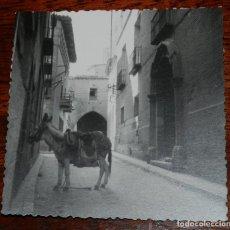 Postales: FOTOGRAFIA DE UNA CALLE DE TUDELA, NAVARRA, MIDE 9 X 9 CMS.. Lote 218989622