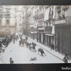 Postales: PAMPLONA. POSTAL FOTOGRÁFICA FOTO CAIDA ENCIERRO SAN FERMIN FRENTE AL LIBRERIA GORRICHO.. Lote 221559191