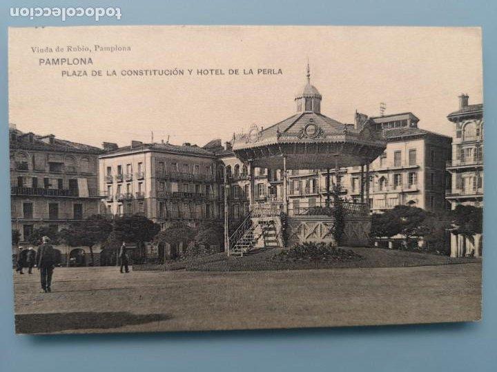 POSTAL PAMPLONA PLAZA DE LA CONSTITUCION Y HOTEL DE LA PERLA ED HAUSER Y MENET NAVARRA PERFECTA CONS (Postales - España - Navarra Antigua (hasta 1.939))