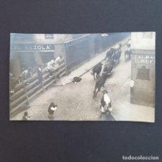 Postales: PAMPLONA. POSTAL FOTOGRÁFICA. ENCIERRO DE SAN FERMIN- . SIN CIRCULAR. (P132). Lote 227945920