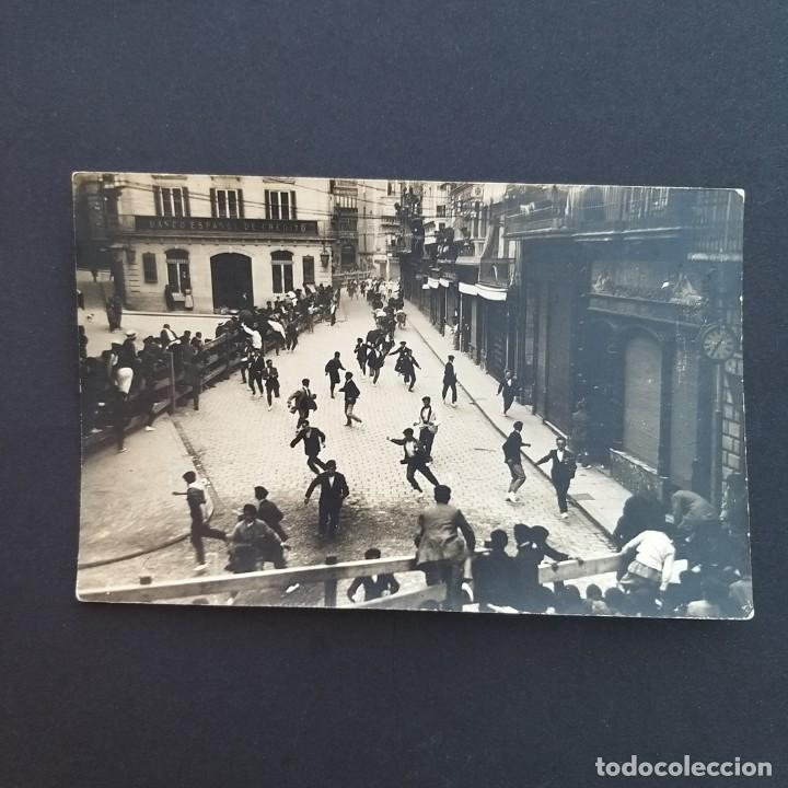 PAMPLONA. POSTAL FOTOGRÁFICA. ENCIERRO DE SAN FERMIN FRENTE AL BANCO DE CREDITO.SIN CIRCULAR. (P129) (Postales - España - Navarra Antigua (hasta 1.939))