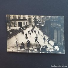 Postales: PAMPLONA. POSTAL FOTOGRÁFICA. ENCIERRO DE SAN FERMIN FRENTE AL BANCO DE CREDITO.SIN CIRCULAR. (P129). Lote 227946045