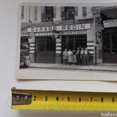 Postales: FOTOGRAFÍA DE PAMPLONA DE 1955 GARAGE REDIN, MARCA AUSTIN Y ALMACÉN JOSÉ PÉREZ MARTÍN. Lote 229345090