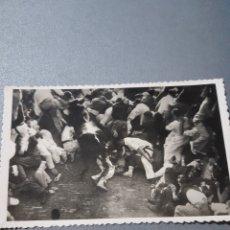 Postales: PAMPLONA, ENCIERRO DE LOS TOROS. Lote 240256210
