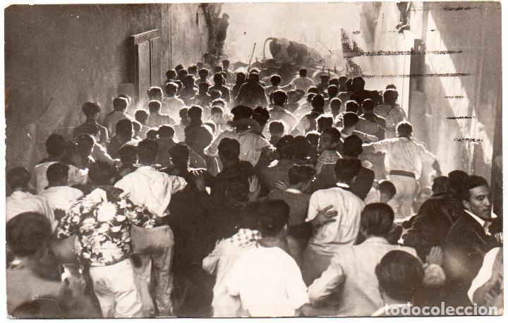 FOTO POSTAL DE PAMPLONA NAVARRA SAN FERMÍN ENCIERRO DE 1943 TOROS CAIDOS A LA ENTRADA DE LA PLAZA (Postales - España - Navarra Moderna (desde 1.940))