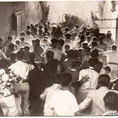 Postales: FOTO POSTAL DE PAMPLONA NAVARRA SAN FERMÍN ENCIERRO DE 1943 TOROS CAIDOS A LA ENTRADA DE LA PLAZA. Lote 247720790
