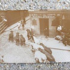 Postales: FOTOGRAFICA SAN FERMIN ALMACENES DE CURETIDOS RUFINO AYESTAR PAMPLONA FOTO TOROS ANIMADA. Lote 276640238