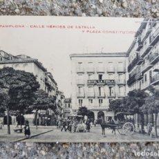 Postales: PAMPLONA CALLE HEROES DE ESTELLA Y PLAZA CONSTITUCION CARRO CABALLOS HOTEL LA PERLA. Lote 276640788