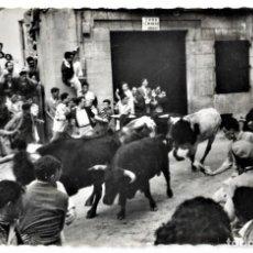Postales: 151 SAN FERMINES. ENCIERROS: LOS TOROS POR LA CALLE DE SANTO DOMINGO - GARCÍA GARRABELLA. Lote 277060068